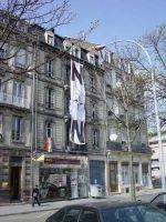 Banner mot NATO hengt ut fra et vindu i Strasbourg.