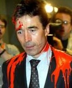 Fogh fikk rødmaling over seg da han i 2003 fikk Folketinget med på å gå til krig mot Irak.